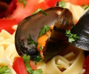 Blåmuslinger med tomat