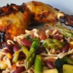 Karrymarineret kylling og nudel-wok med grøntsager i salsa