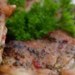 Marinerede kyllingelår og frugtsalat